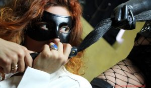 maschera calze a rete flogger frusta mistress milano gratia plena domina prodomme