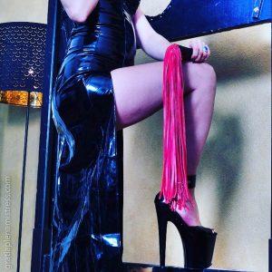gratia plena mistress domina bdsm fetishhigh heels tacchi alti latex sexy flogger whip